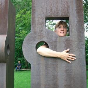 Abrazando la escultura, a-con-ciencia